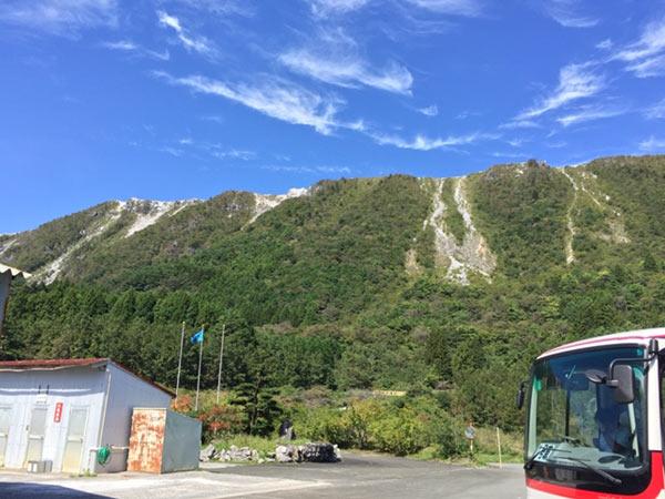 鉱山事務所から見上げる鳥形山。「天空の鉱山」と呼ばれています